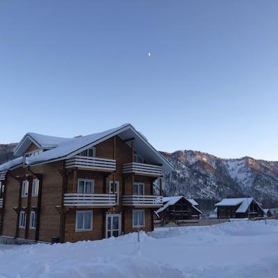 дом, покрытый снегом