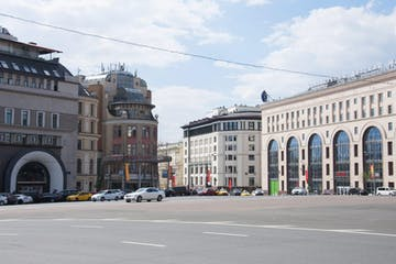 a large building in the middle of a city street