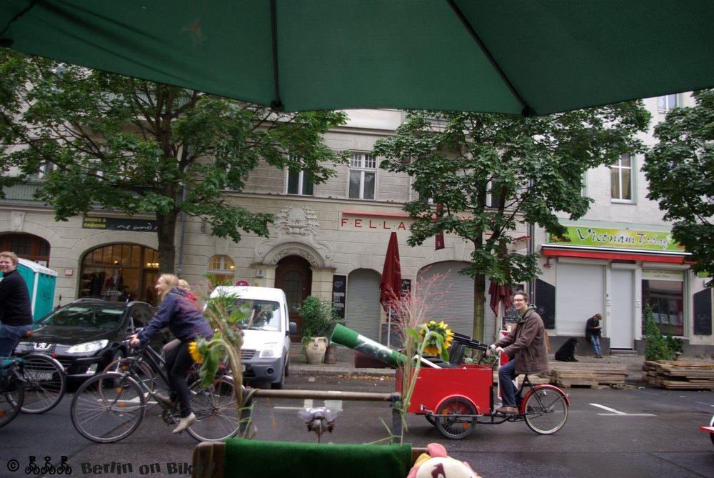 Menschen Fahrräder Straße