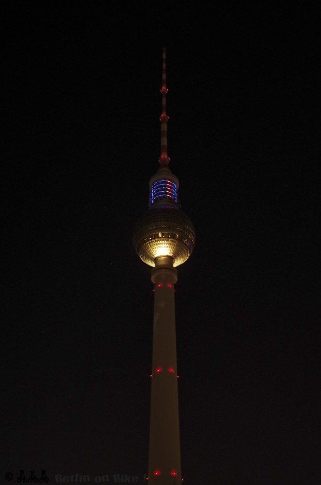 Berliner Fernsehturm bei Nacht beleuchtet