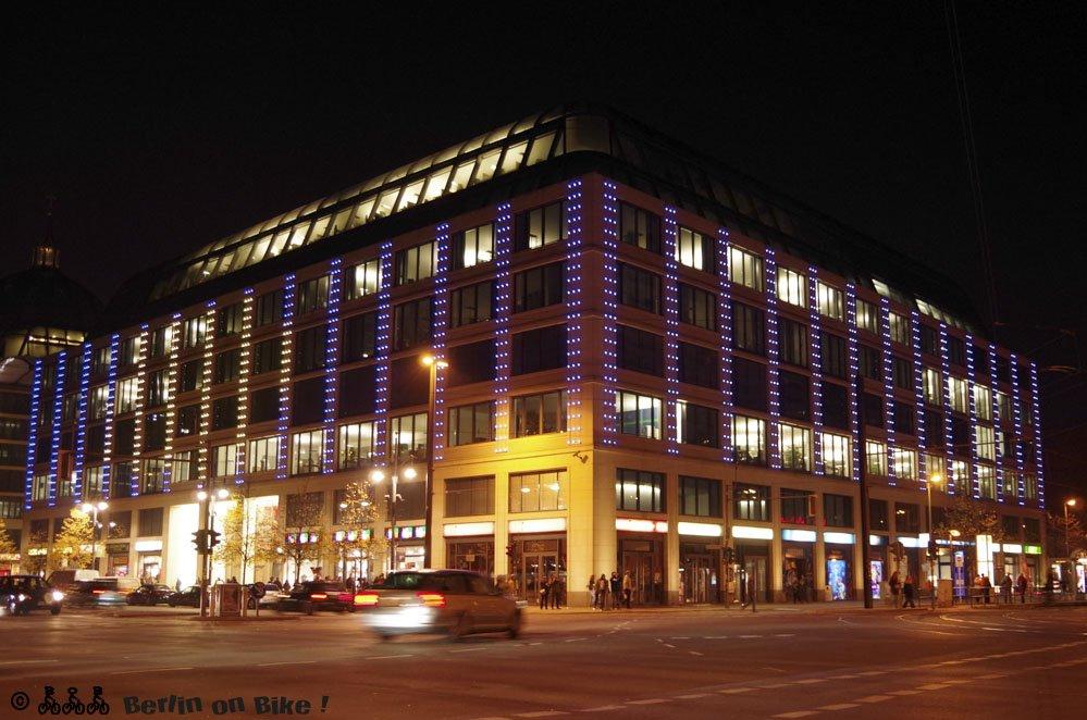 Hotel bei Nacht beleuchtet