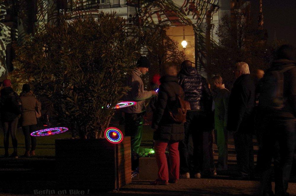 Menschen mit LED-Lichtern
