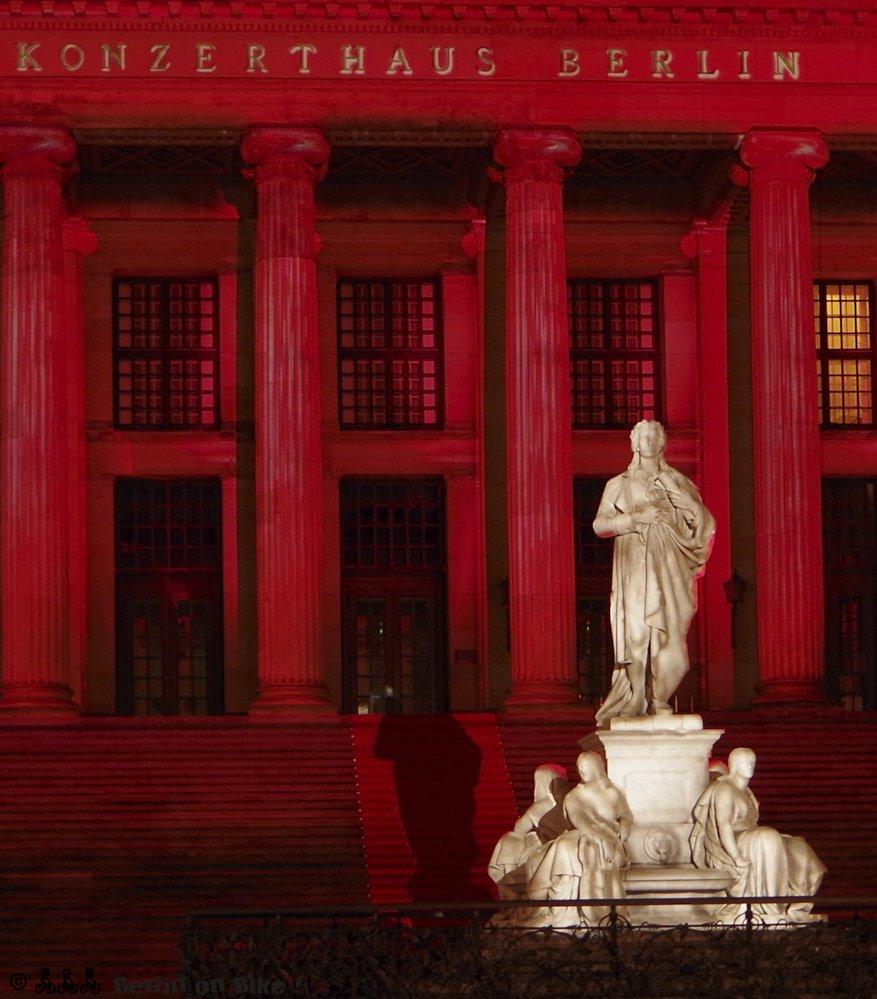 Gendamrmenmarkt und Schauspielhaus bei Nacht beleuchtet