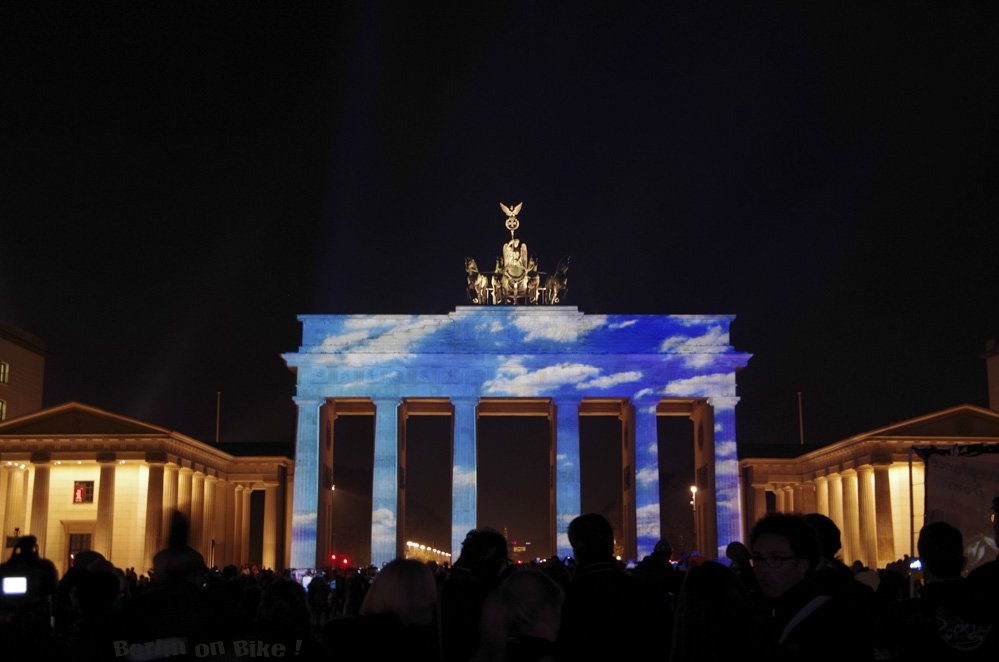 Brandenburger Tor beleuchtet bei Nacht