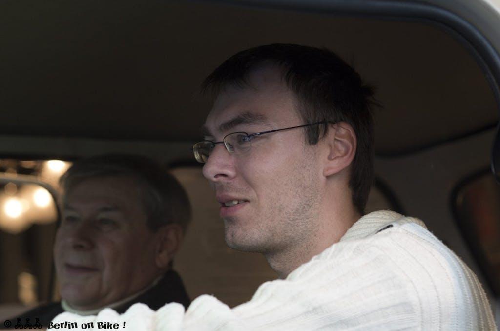 Martin konzentriert am Steuer des Trabi-Simulators