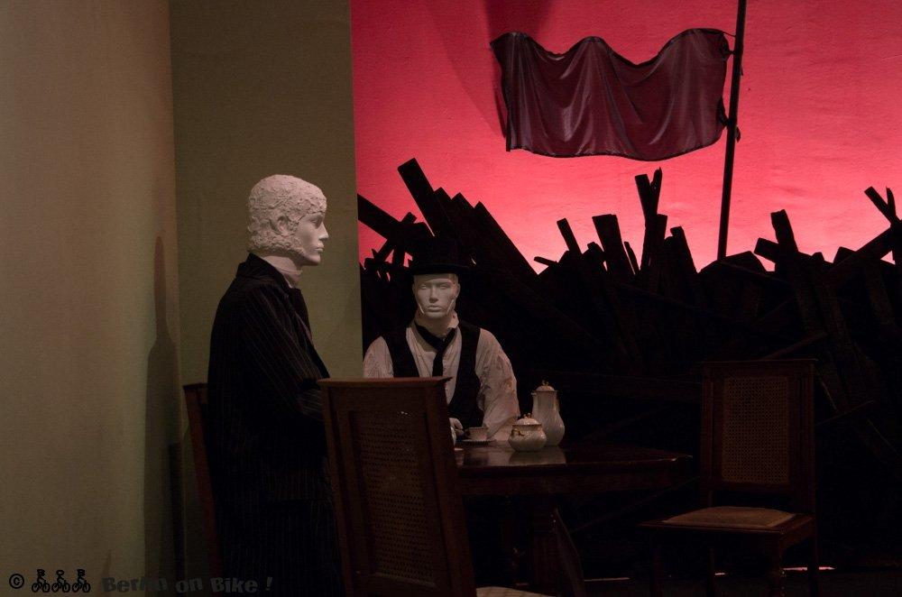 Vorne Salon, hinten Revolution, so stellt sich der Beginn der Weimarer Republik dar.