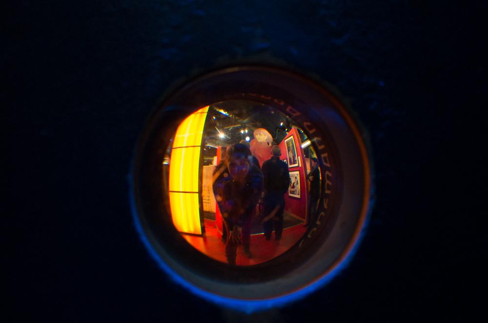 Beim Blick durch die überdimensionale Kamera der Film-Metropole Berlin wirkt Frau Knudsen doch leicht außer Form geraten.