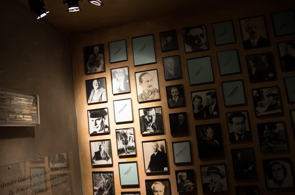 """Beim Weg in den Keller sind die Treppenabsätze jeweils mit Portraits berühmter Berliner gepflastert. Je länger der Abstieg dauert und je tiefer man in die Geschichte des Nazi-Terrors eintaucht, um so mehr Rahmen bleiben leer. Zunächst wie hier noch mit dem Hinweis """"Emigration"""" versehen. Weiter unten häufen sich Selbstmorde und Deportationen. Wie ich finde eines der stärksten Bilder, die das Museum findet."""