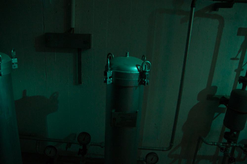 """Bloß weil draußen der Atoomkrieg tobt, bedeutet das nicht, dass die deutsche Trinkwasserverordnung außer Kraft gesetzt würde. Nur logisch, dass es im Bunker eine """"Enteisenungsanlage"""" gibt, um das metallhaltige Berliner Wasser aufzubereiten."""
