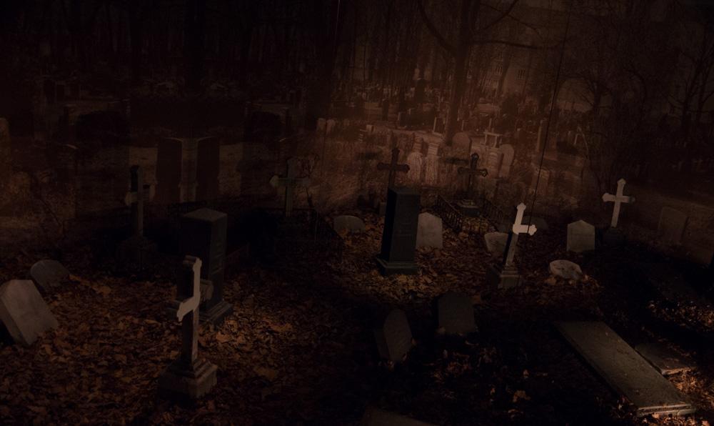 Einer der Hinterhöfe dient gleichzeitig als Begräbnis-Stätte. Zwar haben außer zum Ende des Weltkriegs auch die Berliner nicht standardmäßig auf dem Hof verscharrt, aber irgendwo musste die Begräbniskultur ja auch gezeigt werden. War fast gar nicht unheimlich.