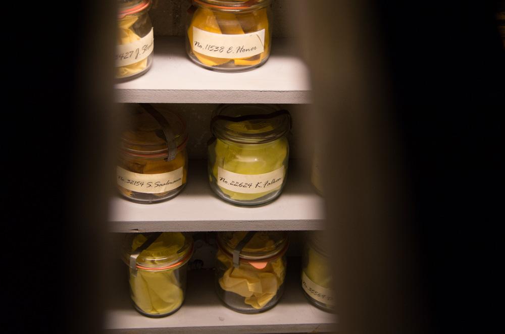 Eine der Geschichten, die auf unseren Touren immer wieder ungläubiges Kopfschütteln hervorrufen sind die 10.000en Geruchsproben, die die Stasi gesammelt hat.