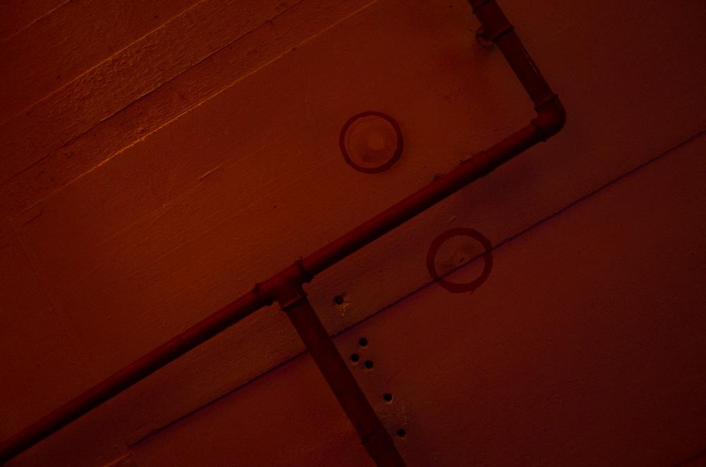 Die Markierungen an der Bunkerdecke zeigen an, wo die Stützpfeiler der vielen Betten eingeklemmt werden sollten.