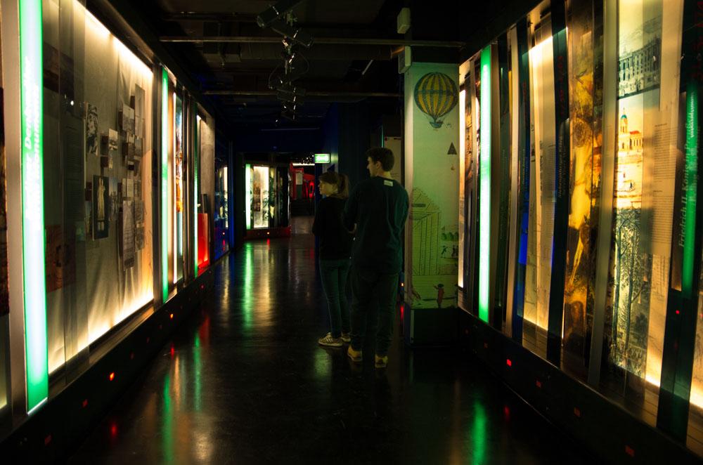 Entlang einer zentralen Achse, dem Geschichts-Tunnel, öffnen sich verschiedene Themenräume