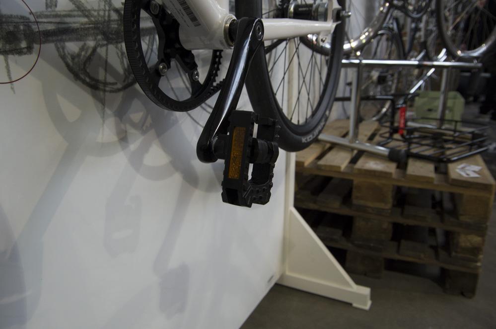 Fahrrad hängt an Wand