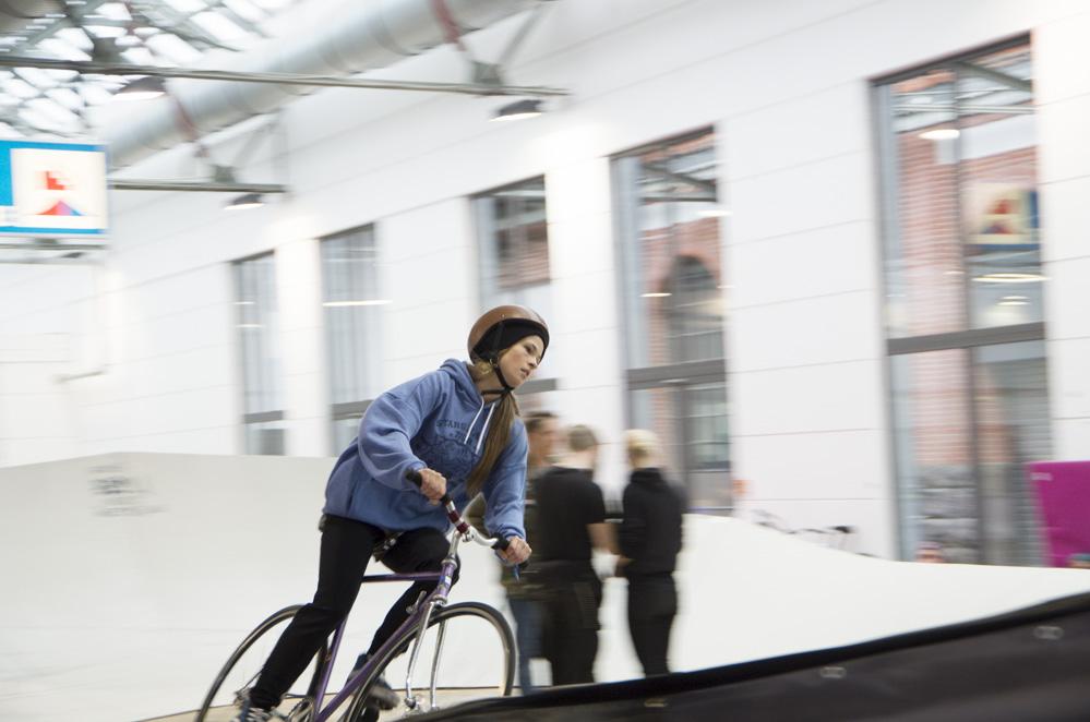 Rennradfahrerin auf Parcours