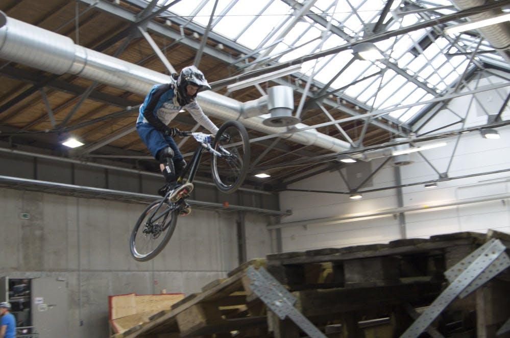 Cross-Biker bei Sprung