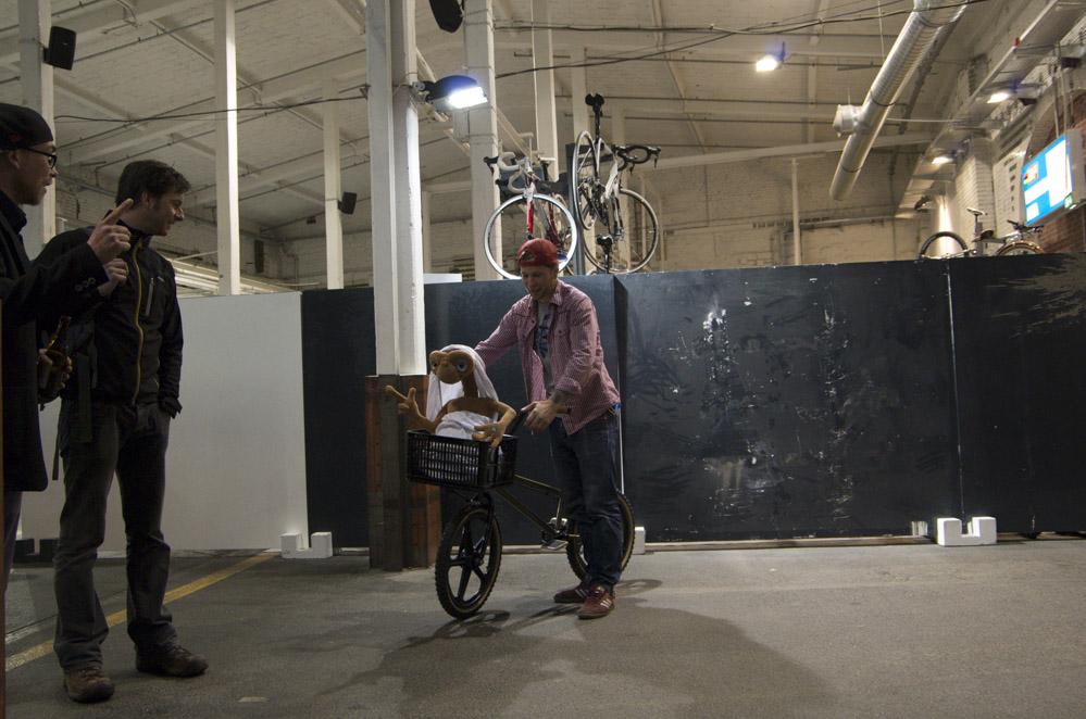 Mann mit Fahrrad und Puppe