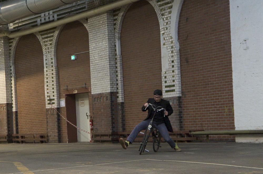 Mann sitzt auf Fahrrad