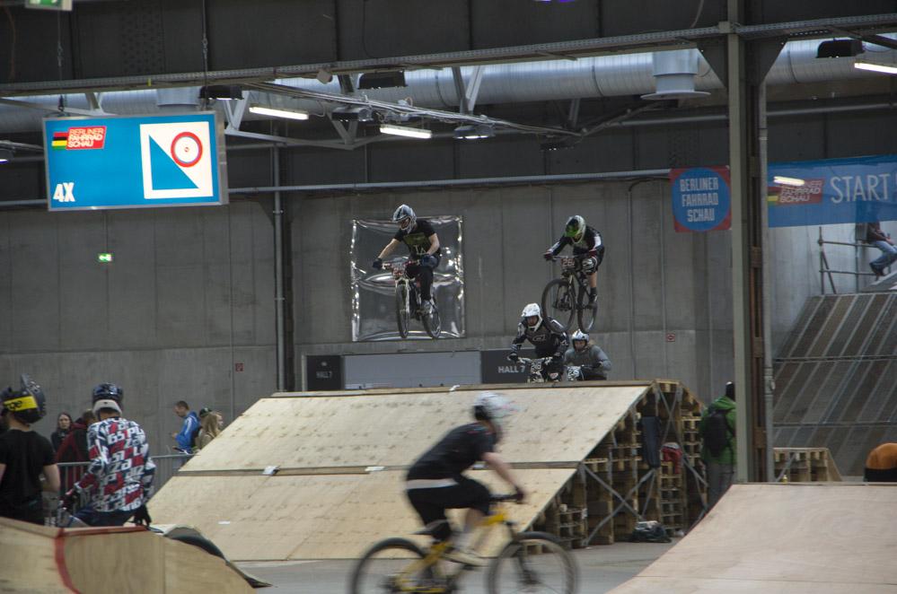 Cross-Biker auf Parcours