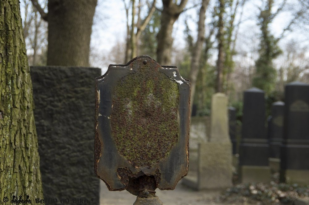Auch die Beschilderung der einzelnen Grabfelder hat definitiv schon bessere Zeiten gesehn.