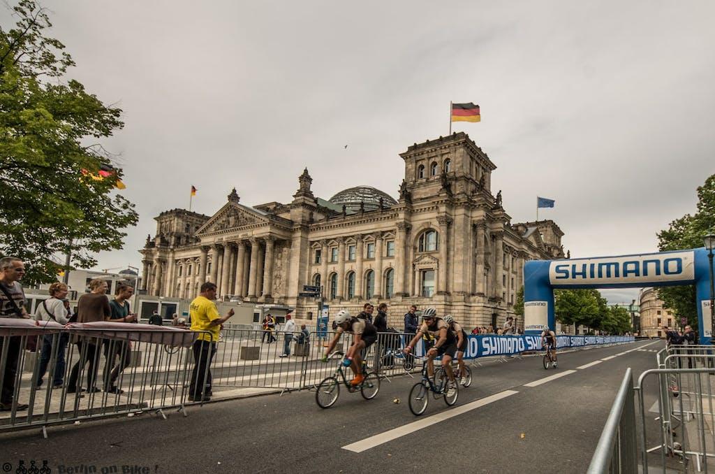 Sightseeing mit dem Klapprad, vorbei am Reichstag.