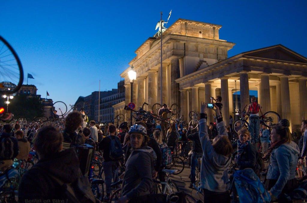 Fotostop am Brandenburger Tor; fast wie auf unseren Sightseeing-Touren.