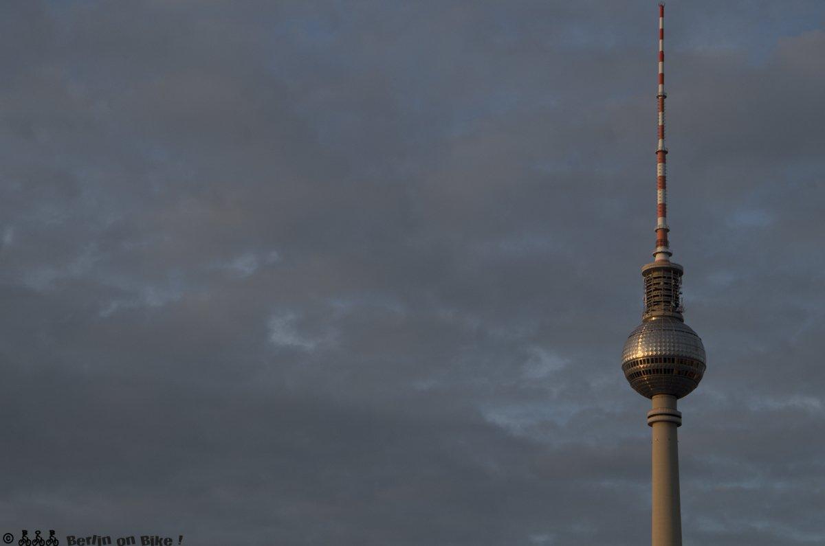 Und weil er einfach aus jeder Perspektive toll ausssieht, noch mal der Fernsehturm am Alex.