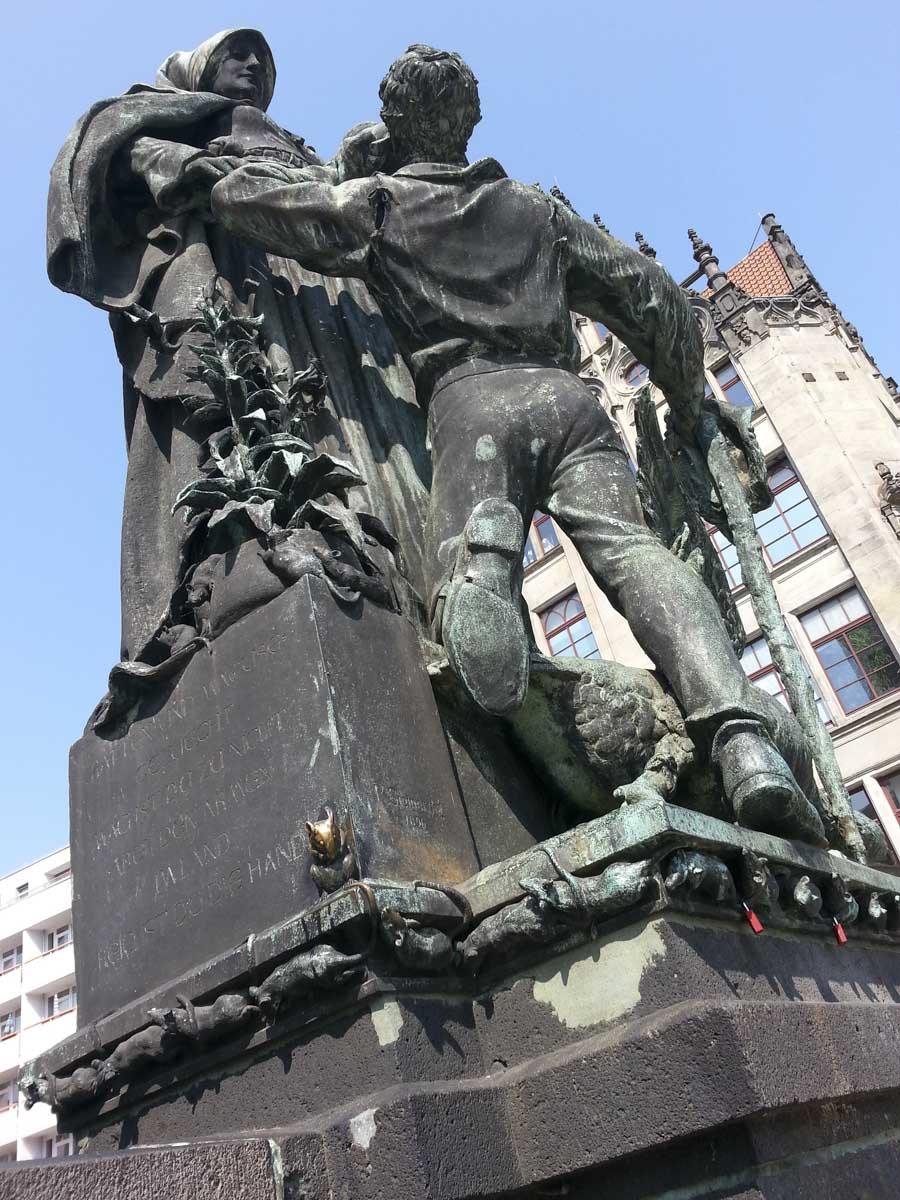 Der Fernsehturm am Alexanderplatz schleicht sich gern auch mal unbeabsichtigt ins Bild. Assoziationen sind ganz Euch überlassen.