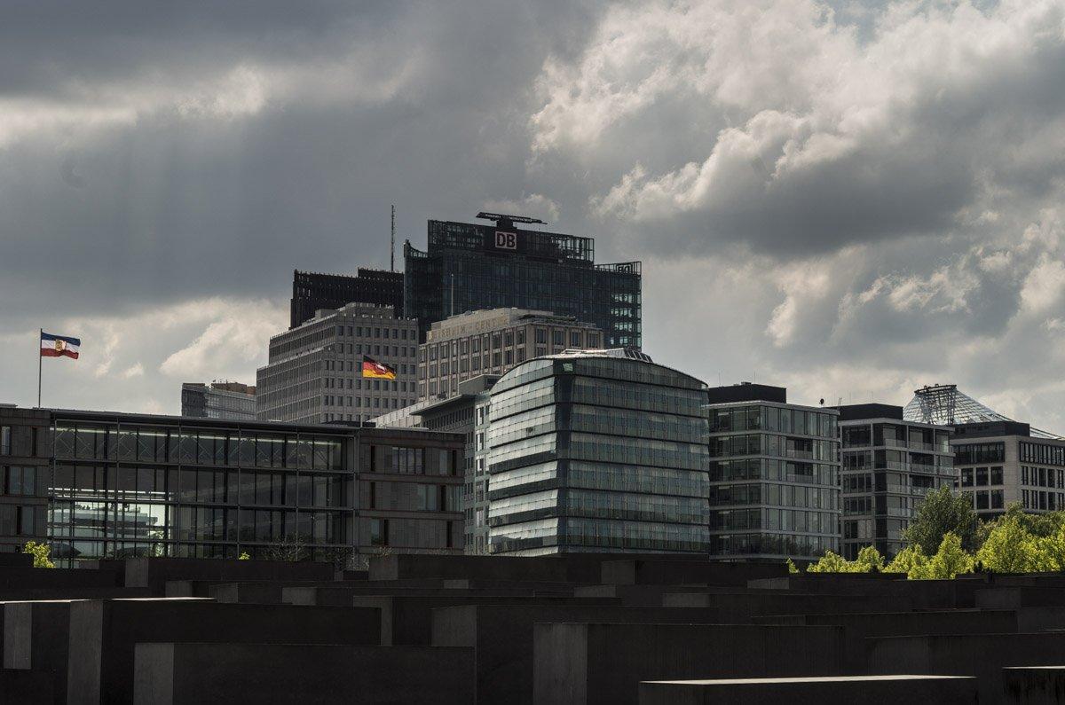 Der Potsdamer Platz ist einer der wenigen Orte an denen Berlin eine echte Skyline hat, auch wenn der Autor der Auffassung ist, dass sich seine wahre Schönheit erst mit zunehmender Entfernung entfaltet. Im Vordergrund sind einige Stelen des Holocaust-Mahnmals für die ermordeten Juden Europas erkennen.