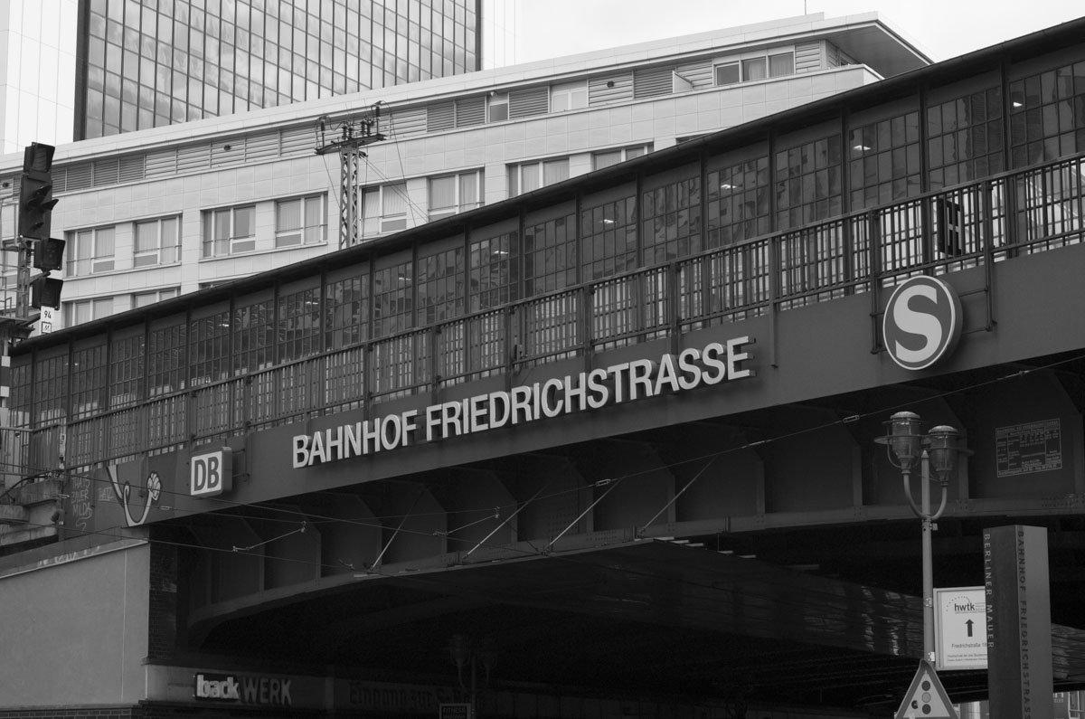 S-Bahnhof Friedrichstraße mit seiner ikonischen Brücke, im Rücken des Fotografen wäre dann übrigens der Tränenpalast.
