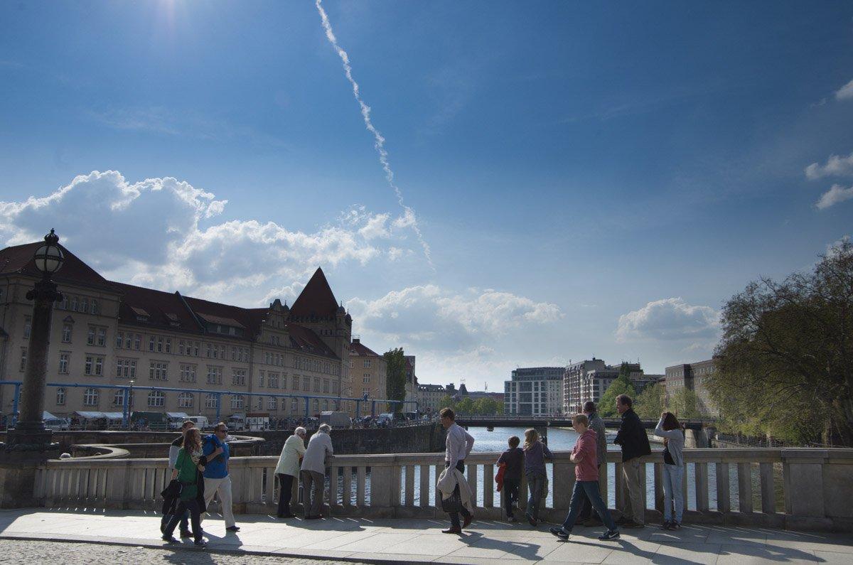 Da lachen Herz und Himmel, strahlender Sonnenschein vor dem Bodemuseum an der Spitze der Museumsinsel.
