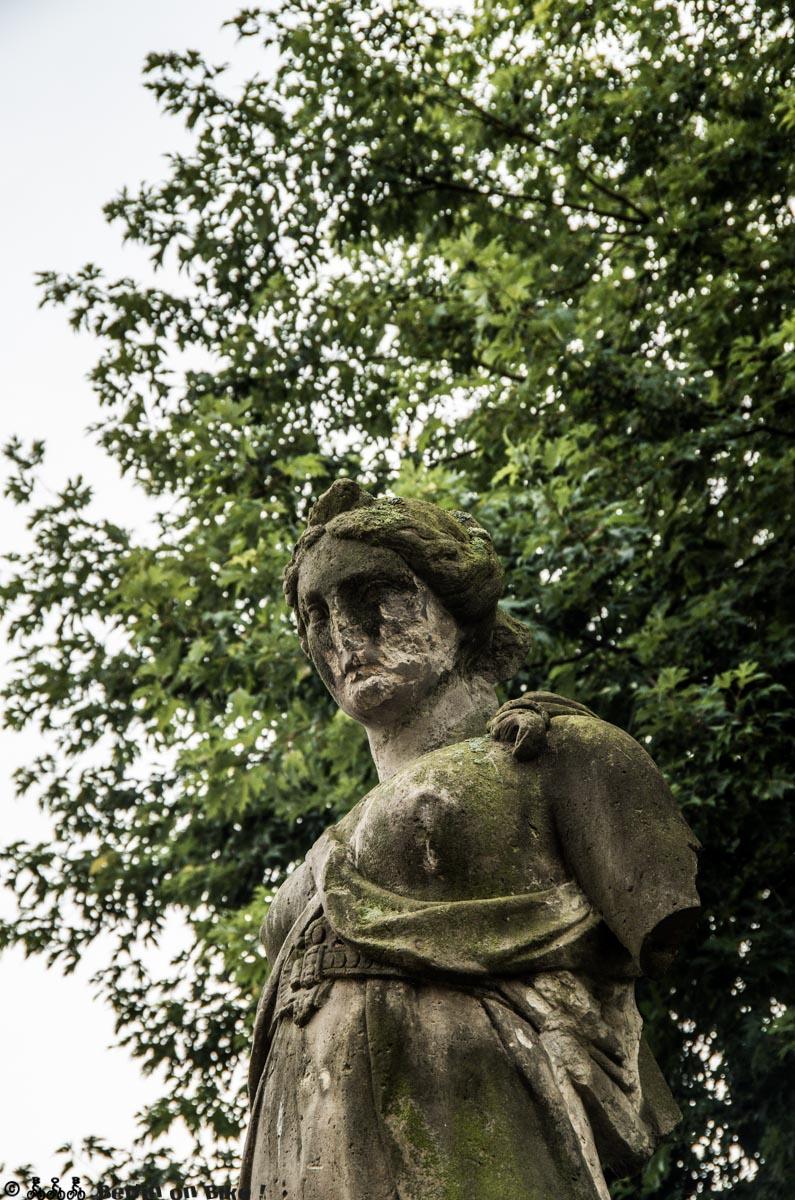 Schön verwitterte Statue im Schlosspark von Altdöbern.