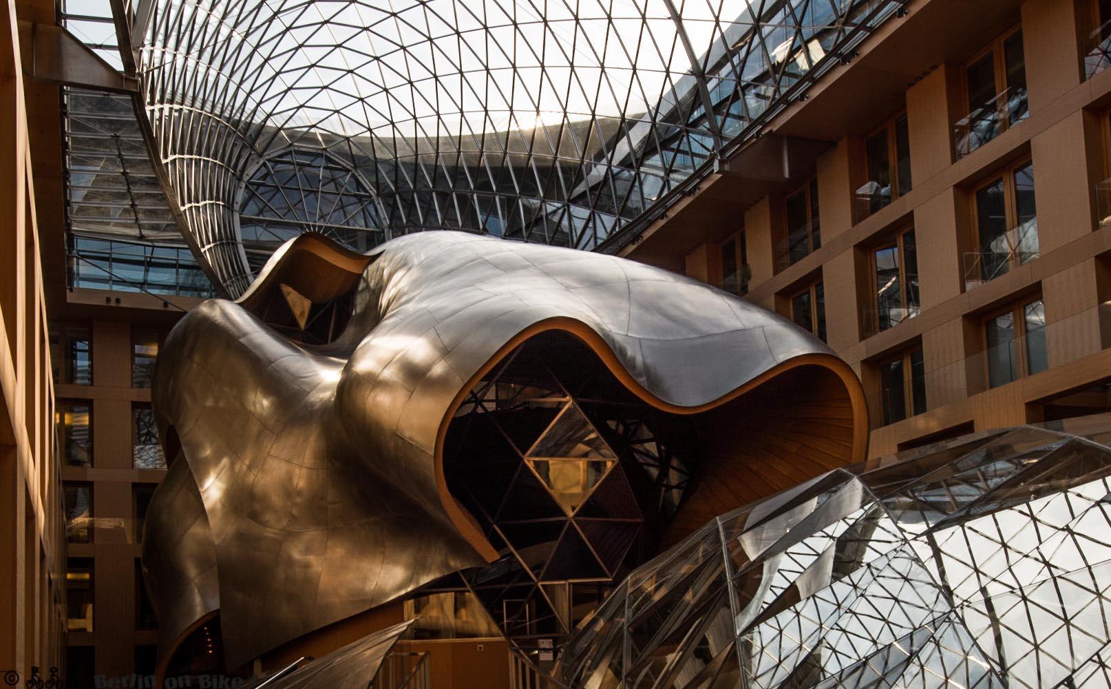 Frank Gehry, DZ-Bank am Pariser Platz; gläserner Pferdekopf im inneren.