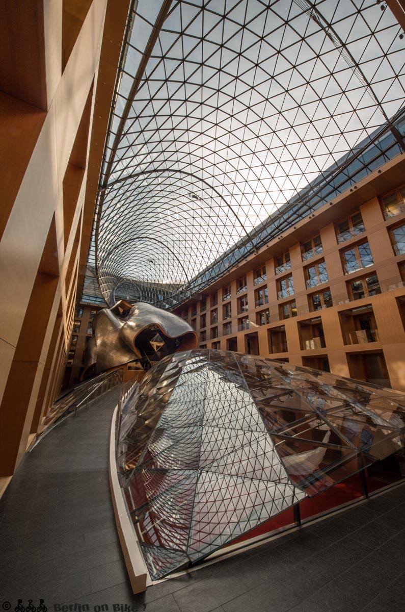 Totale des Innenraums der DZ-Bank von Gehry am Platz
