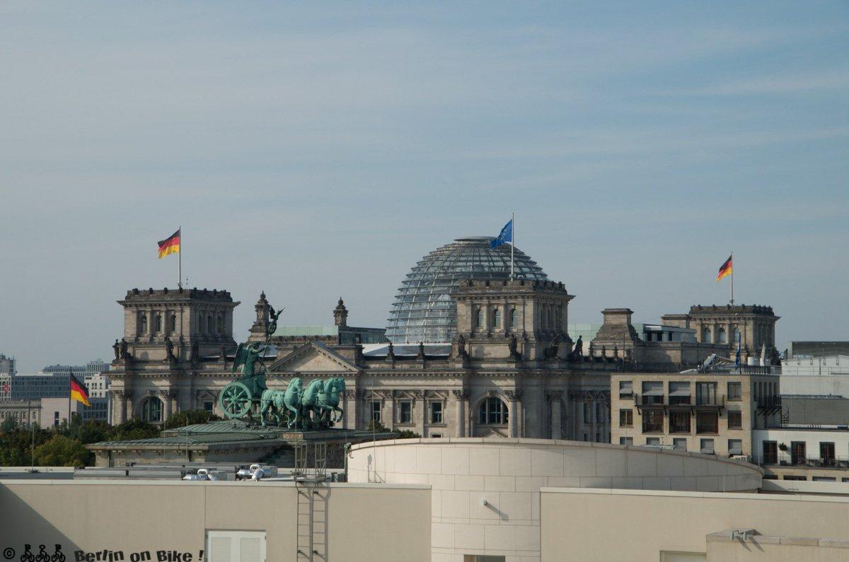 Blick vom Dach mit Quadriga und Reichstag. Im Vordergrund lässt sich der Hof der US-Botschaft erahnen.