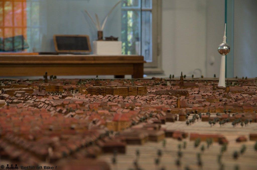 Berlin um 1750 mit Fernsehturm als Orientierungshilfe, in der Bildmitte das Residenz-(Stadt-)Schloss. der Hohenzollern.