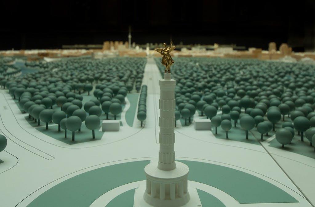 Die Goldelse mit Blick aufs Brandenburger Tor.