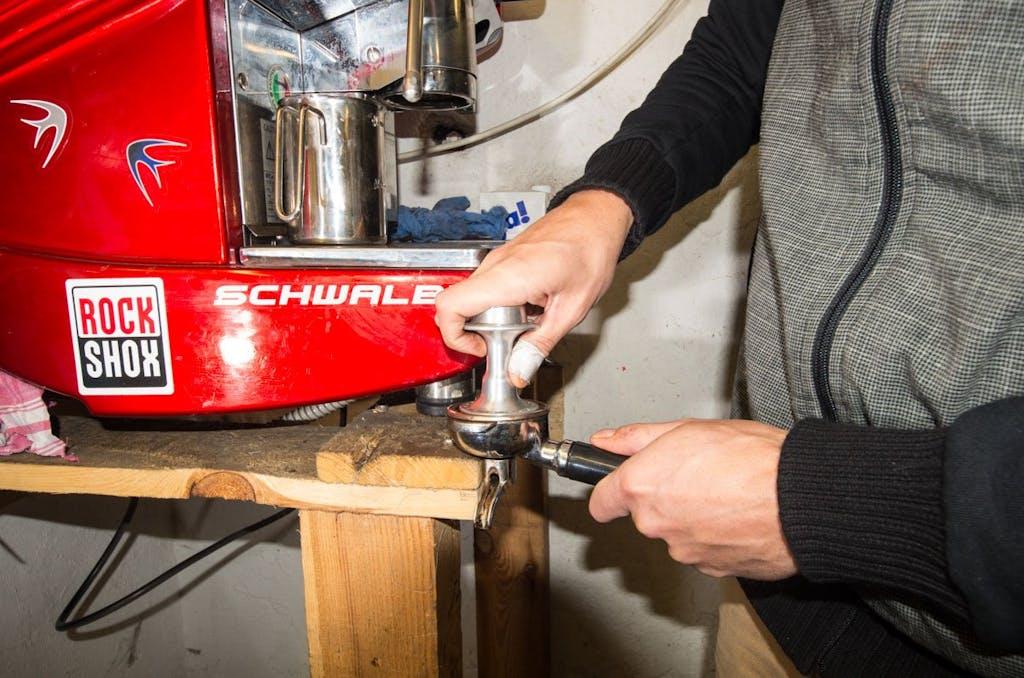 Aus nicht mehr gebrauchten Nabenkörpern lassen sich mit ein wenig Bastelei Espresso-Tamper machen. Garantiert günstiger als die Chris King Variante.