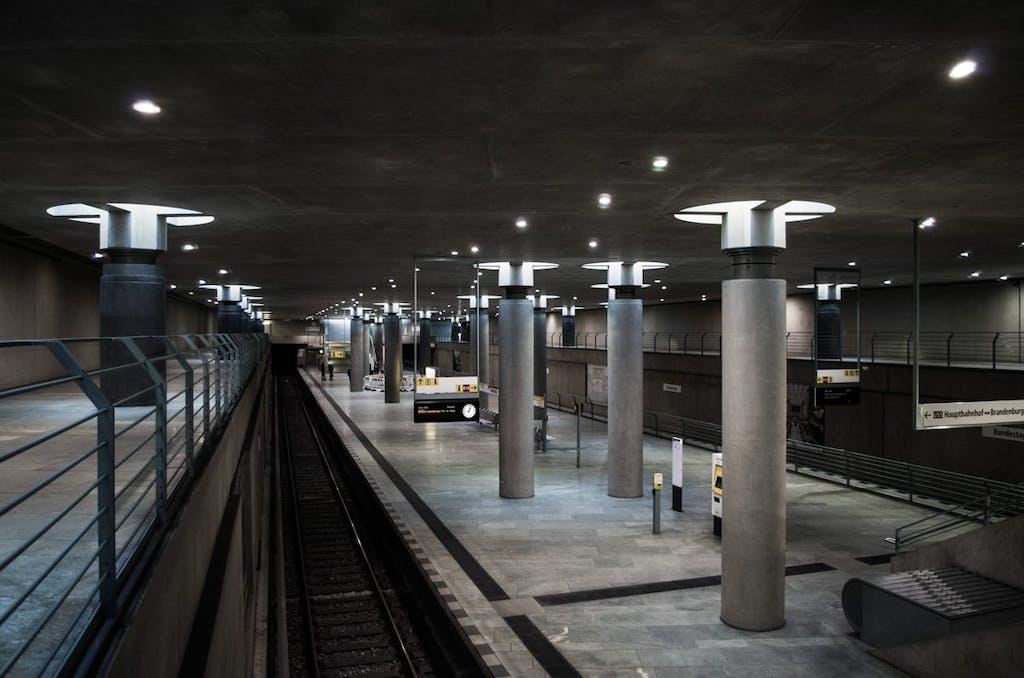 Der Bahnhof Bundestag ist im Modernen Stil gebaut worden.