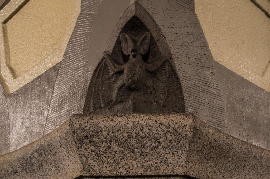 Tiere aus Stein wurden in die Säulen des Bahnhofes Heidelberger Platz eingefügt.