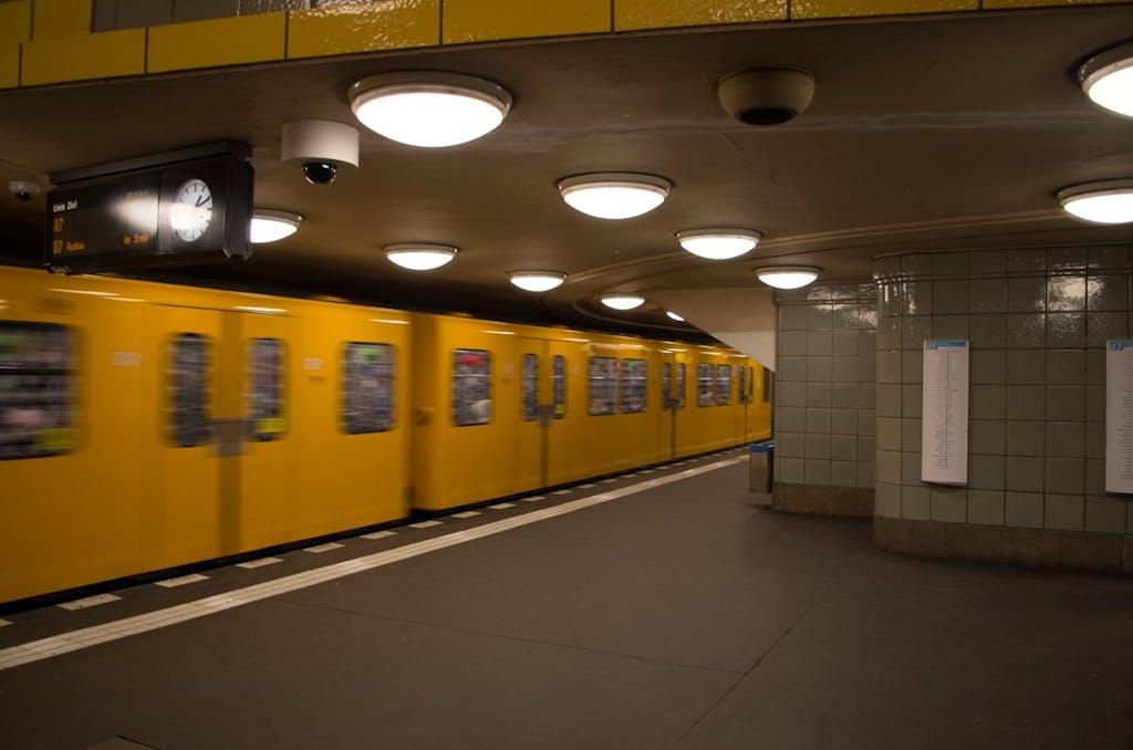 Der Bahnhof Hermannplatz wurde 1926 eröffnet und erhielt eine große Bahnsteigshalle.