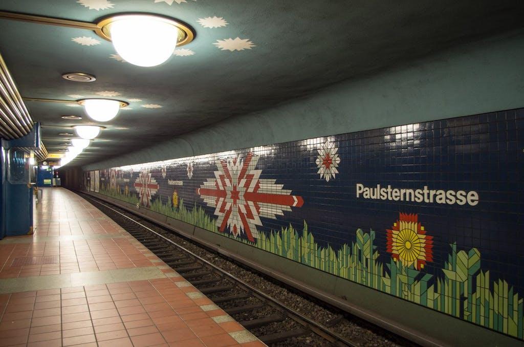 Nachtszenerie im Bahnhof Paulsternstraße.