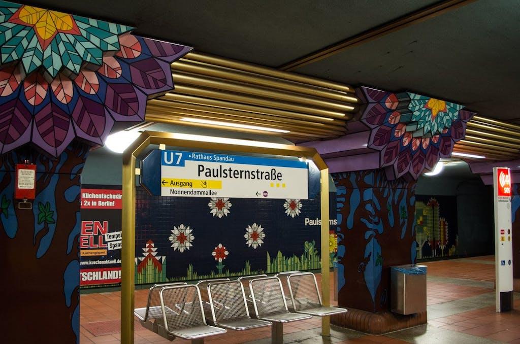 Farbenfroh zeigt sich der Bahnhof Paulsternstraße.