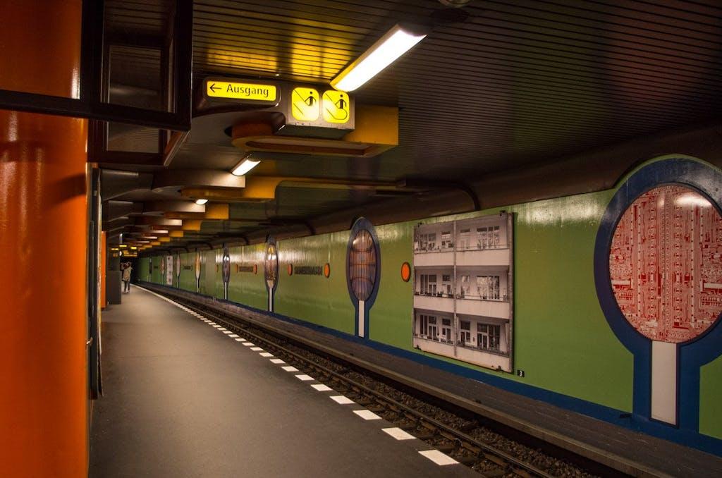 Charakteristisch für die 80er Jahre und dient auch als Luftschutzbunker: Der Bahnhof Siemensdamm.