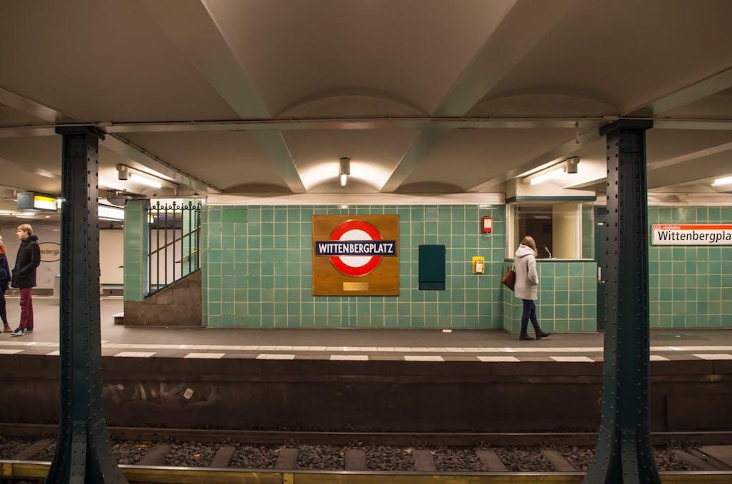 Original Londoner U-Bahn Stationsschild im Bahnhof Wittenbergplatz.