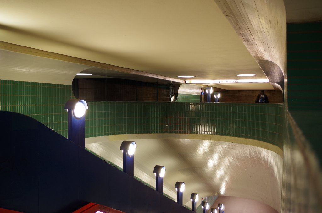Der Bahnhof Schlossstraße weist Charakteristische Züge der 70er Jahre auf.