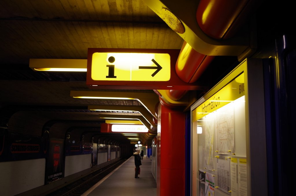 Rote Röhren, gelbe Lampen und geschwungene Formen. Bahnhof Schlossstraße.