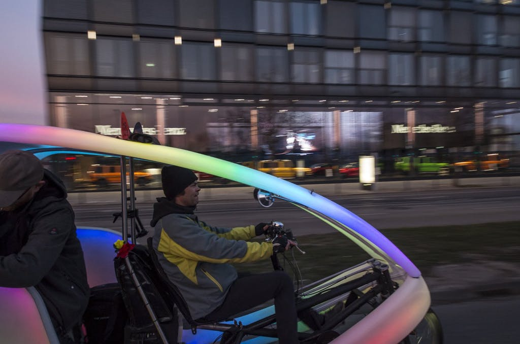 Kamera-Rikscha mit Sven am Steuer und Thores Mütze