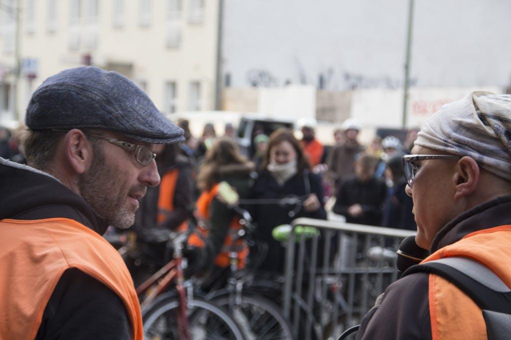 Sasch und Ekki bei der letzten Lagebesprechung vor dem Start