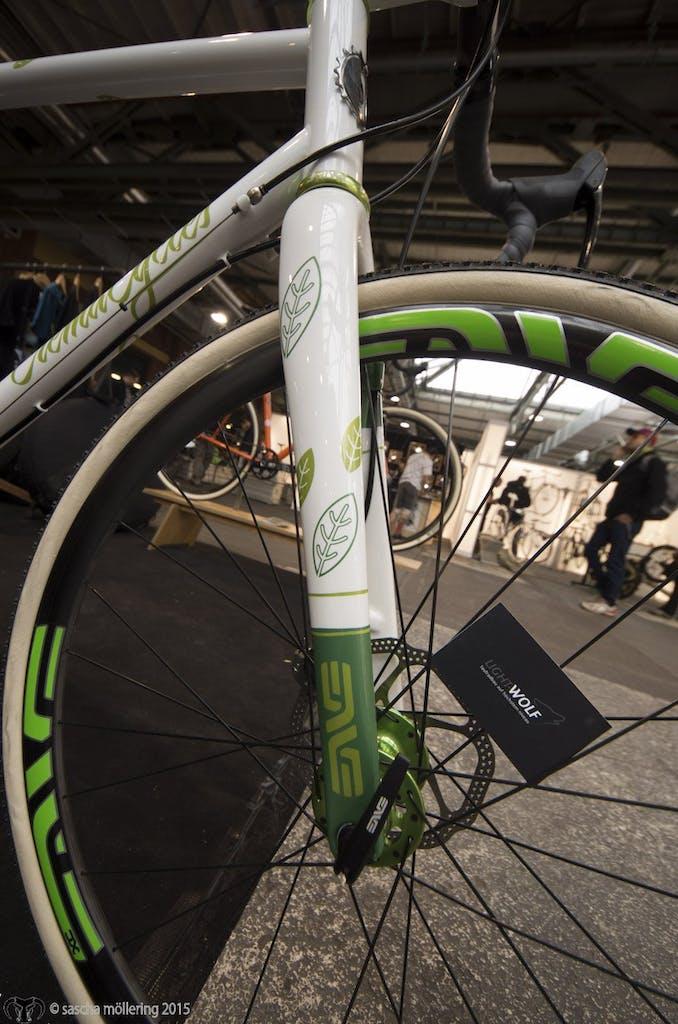 Crema Cycles überzeugt mit klaren Linien aber verpielten Details. Überhaupt ist der Qualitäts-Level bei den Lackierungen unglaublich, auch wenn die Räder nach zwei Tagen draußen nur noch halb so schick aussehen.